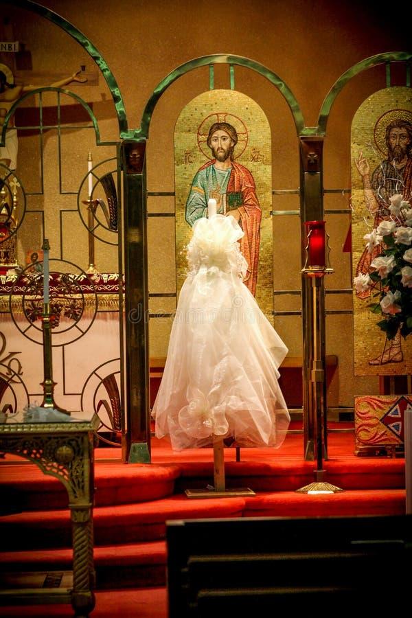 Griekse Orthodoxe die Kerk voor een Huwelijk wordt verfraaid royalty-vrije stock afbeelding