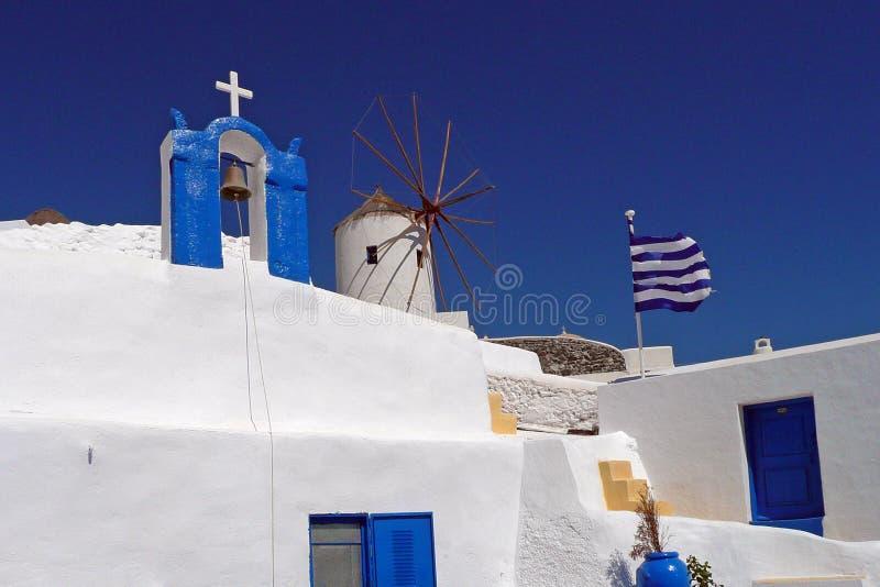 Griekse Orthodoxe Kerk en Traditionele Windmolen, Oia, Santorini, Griekenland stock afbeelding