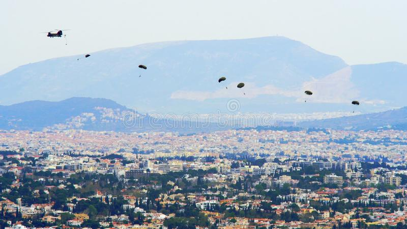 Griekse Parachutisten in Actie stock fotografie