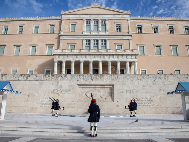 Griekse presidentiële wacht, Evzones, die voor het Griekse parlement op Syntagmavierkant paraderen stock afbeeldingen