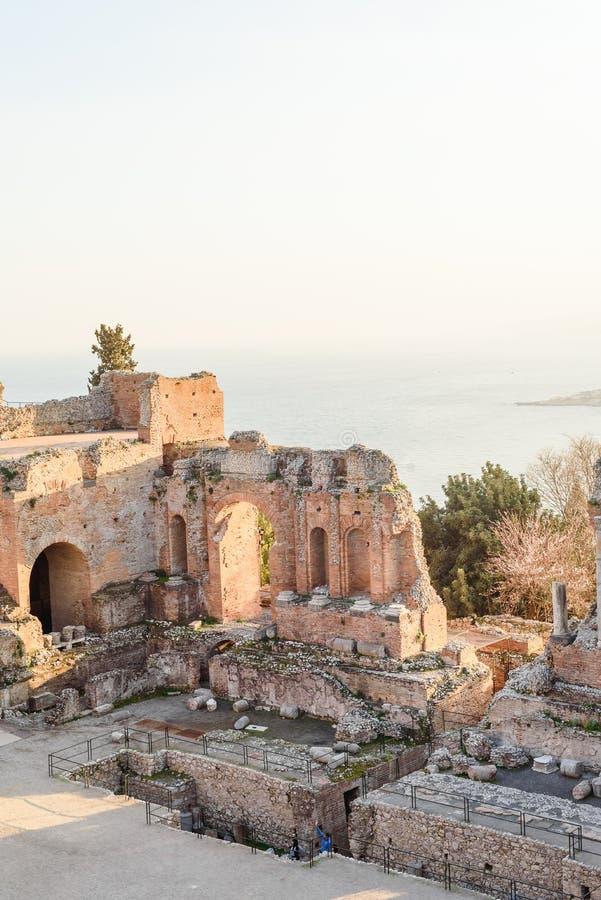 Griekse reatre in Taormina Sicili?, Itali?, en de vulkaan van Etna op de achtergrond stock afbeeldingen