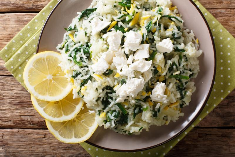 Griekse rijst met spinazie, citroenschil, ui en feta-dichte kaas royalty-vrije stock fotografie