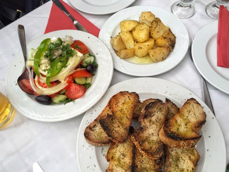 Griekse salade en voorgerechten op lijst stock fotografie