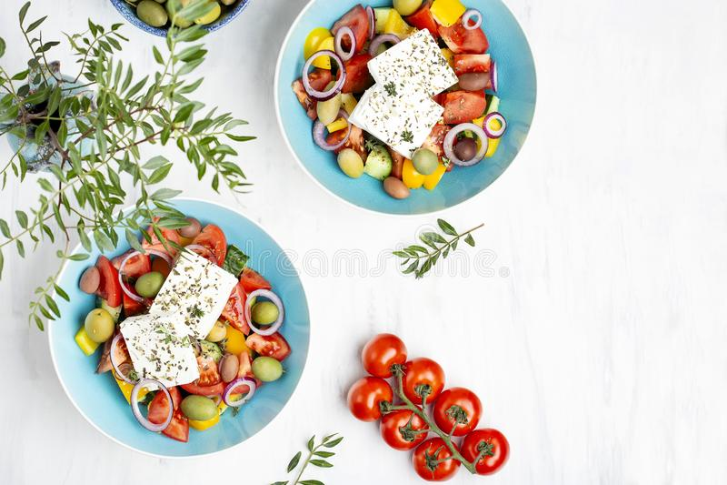 Griekse salade met groenten, feta-kaas en olijfolie stock foto