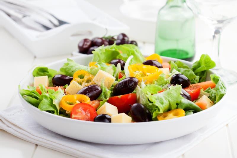 Griekse salade met kaas en olijven stock foto