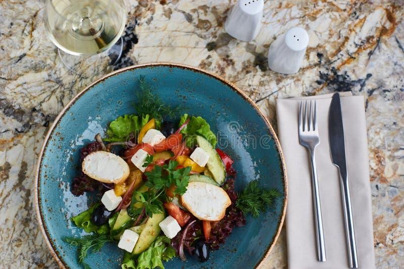 Griekse salade met reuzeolijven en provencal kruiden stock afbeelding