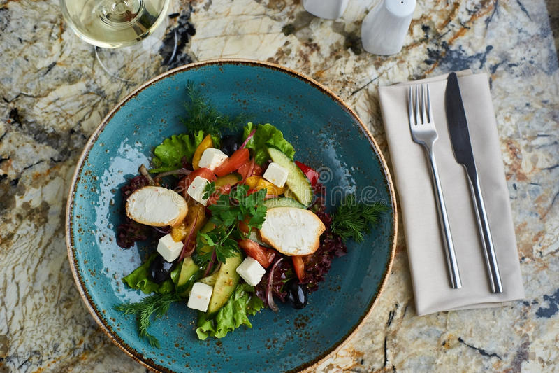 Griekse salade met reuzeolijven en provencal kruiden stock afbeeldingen