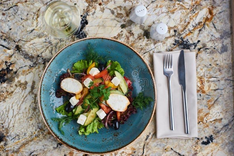 Griekse salade met reuzeolijven en provencal kruiden royalty-vrije stock afbeeldingen