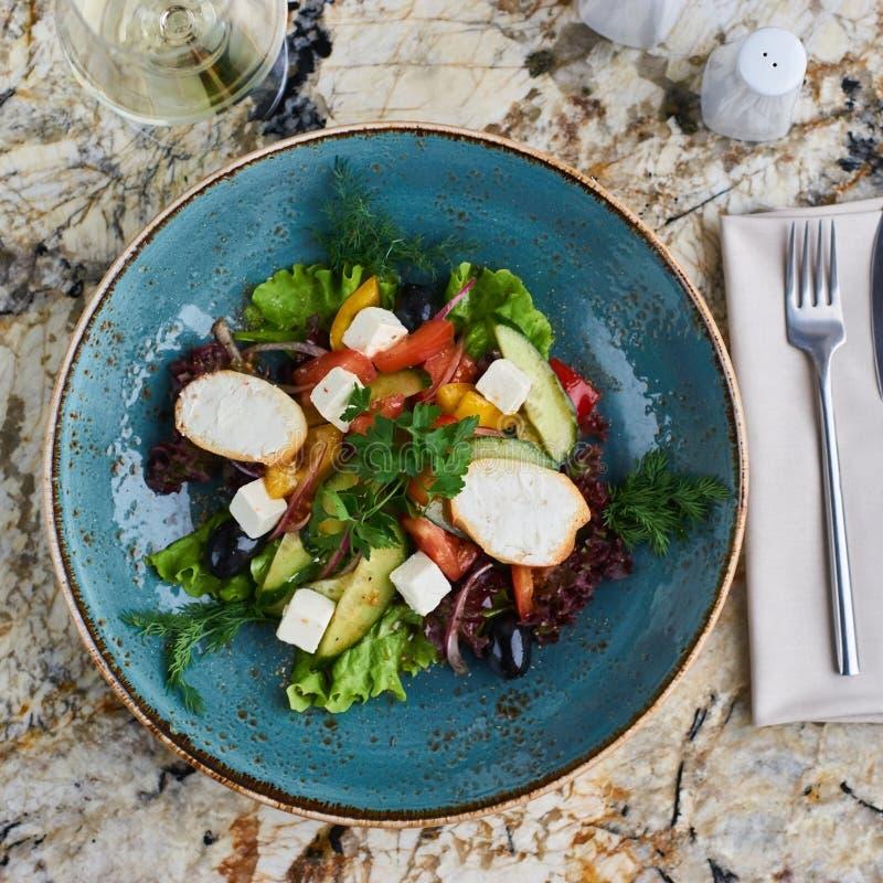 Griekse salade met reuzeolijven en provencal kruiden stock fotografie