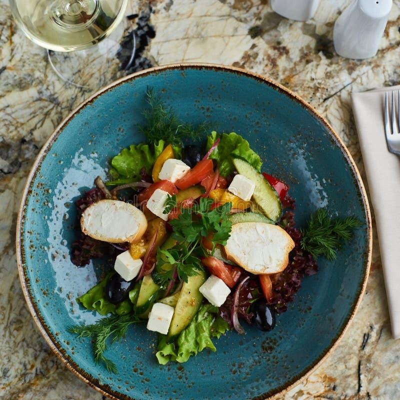 Griekse salade met reuzeolijven en provencal kruiden stock foto's