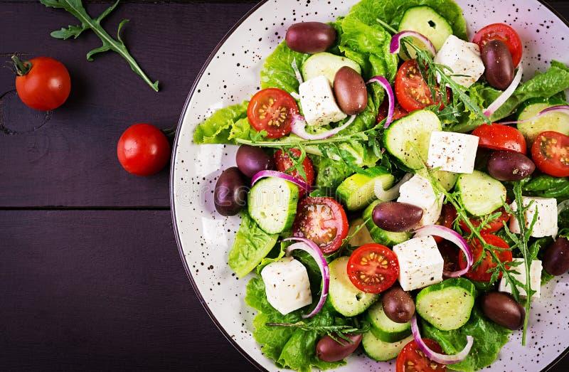 Griekse salade met verse groenten, feta-kaas en kalamataolijven stock afbeelding