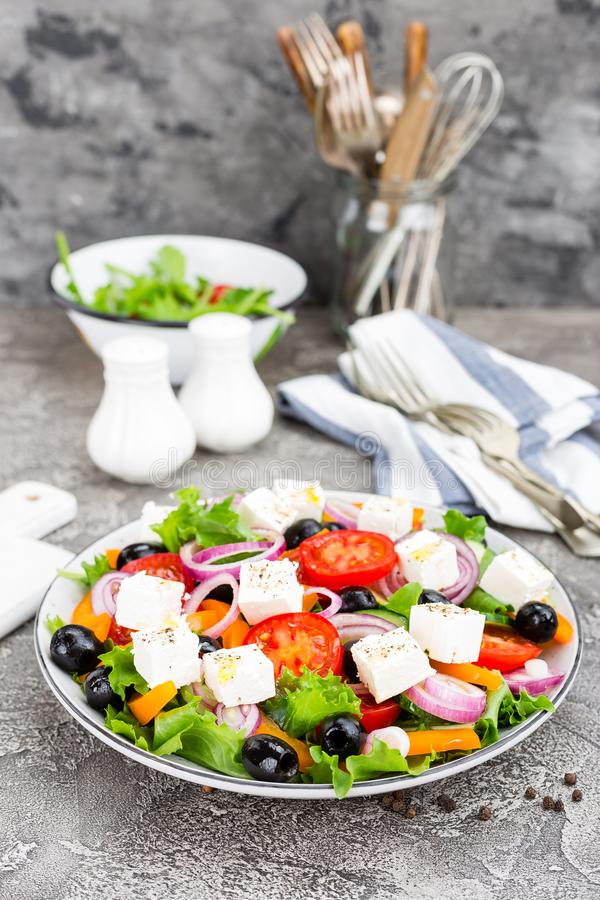 Griekse Salade Verse groentesalade met tomaat, ui, komkommers, basilicum, peper, olijven, sla en feta-kaas Griekse salade op p stock afbeeldingen