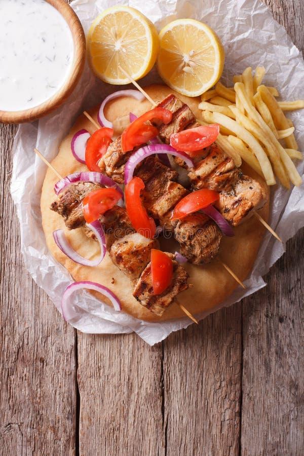 Griekse souvlaki met groenten en frieten verticale bovenkant vi royalty-vrije stock afbeeldingen