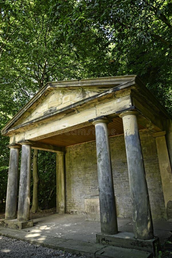 Griekse stijlpavillion in een Mooi Buitenhuis en Gardennear Leeds in West-Yorkshire dat geen Nationaal Vertrouwen is royalty-vrije stock afbeeldingen