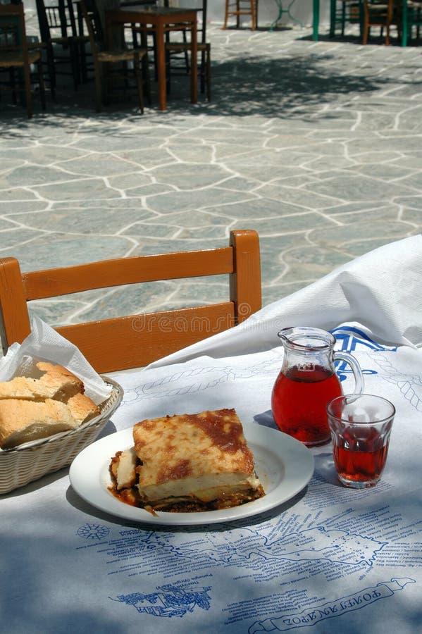 Griekse tavernamaaltijd met wijn stock afbeelding