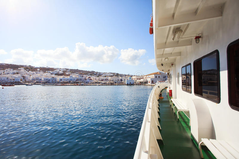 Griekse Veerboot met Mykonos-Mening royalty-vrije stock foto
