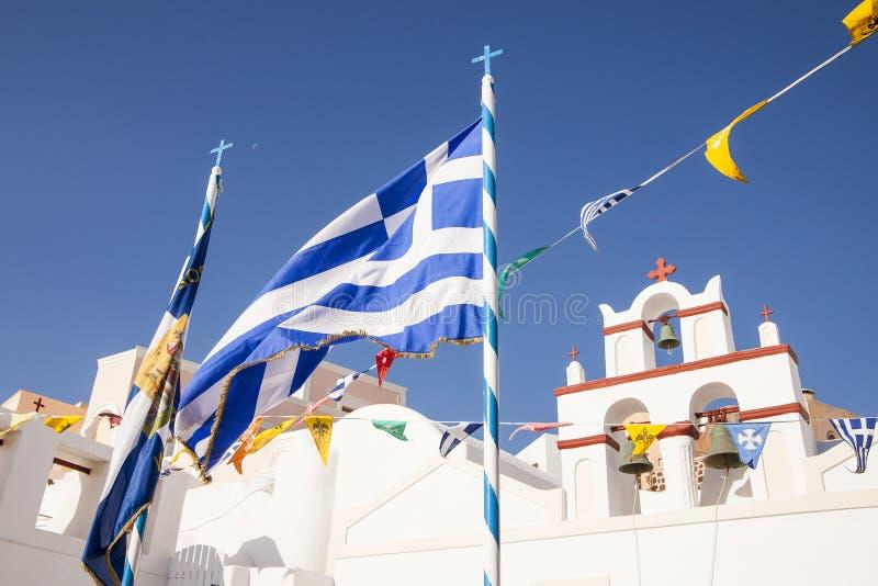Griekse vlag met kerkklokken op de achtergrond royalty-vrije stock afbeelding