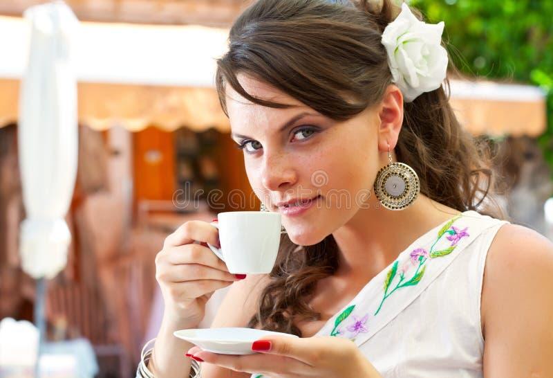 Griekse vrouw in de koffie stock afbeelding