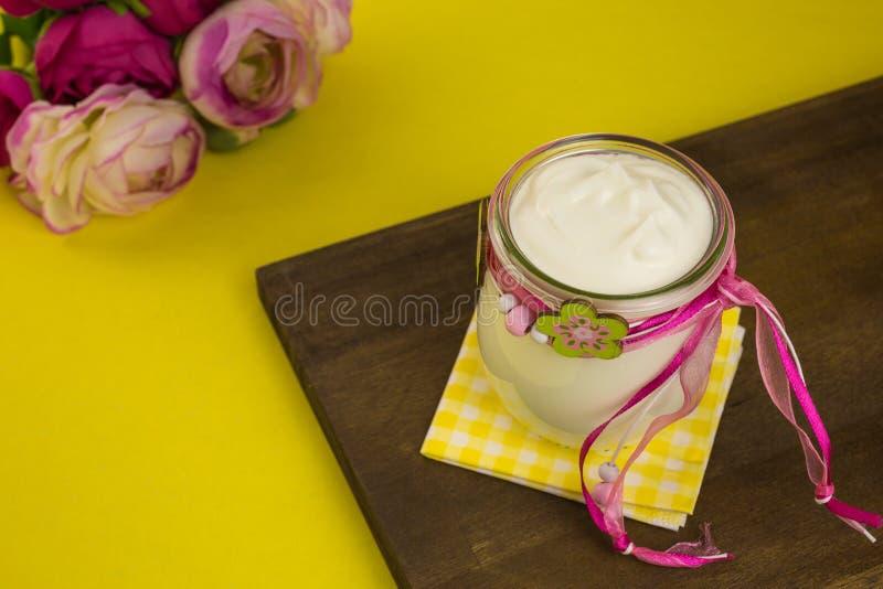 Griekse yoghurt royalty-vrije stock afbeeldingen