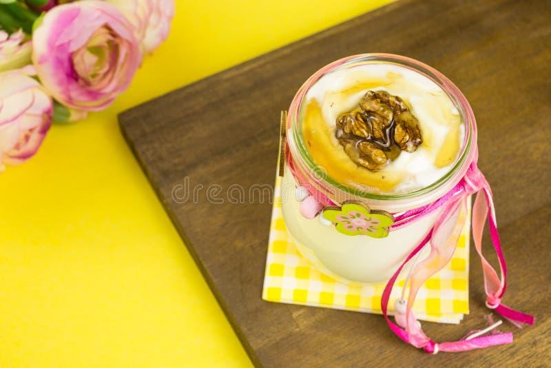 Griekse yoghurt met honing en okkernoten stock fotografie