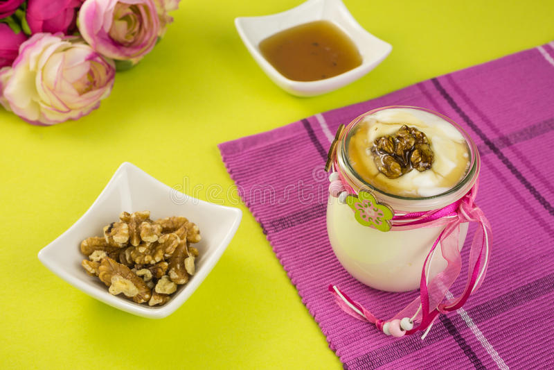Griekse yoghurt met honing en okkernoten stock afbeeldingen