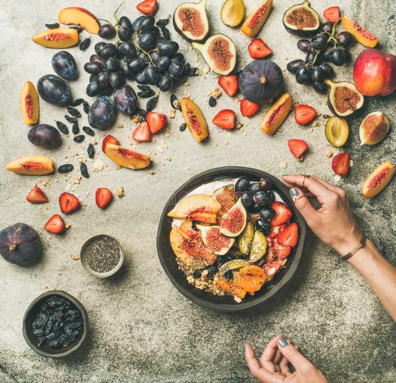 Griekse yoghurt, vers fruit en de kom van chiazaden, hoogste mening royalty-vrije stock foto