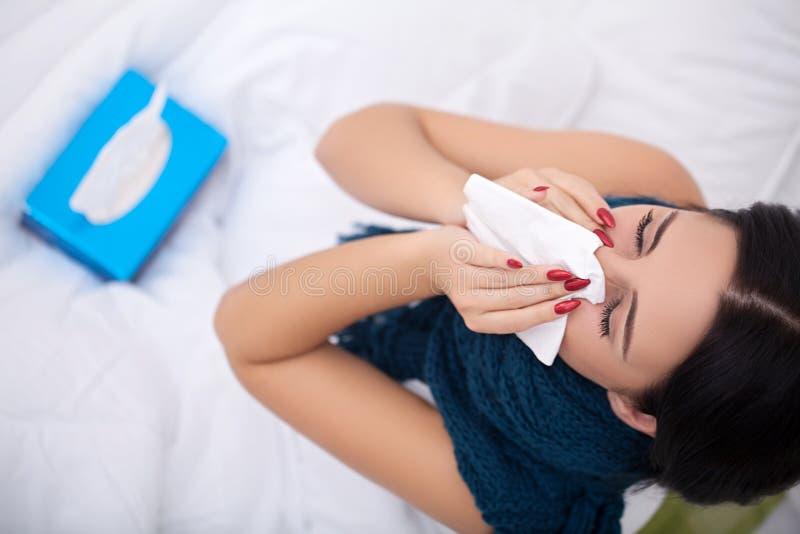 griep Vrouw die aan Koude lijden die in Bed met Weefsel liggen royalty-vrije stock foto's