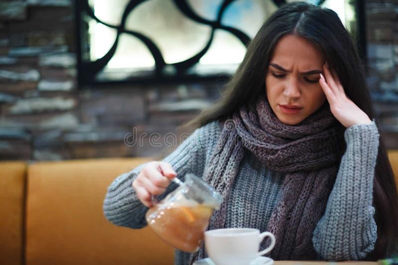 Griepkoude of allergiesymptoom Zieke jonge vrouw die verkoudheid hebben stock foto
