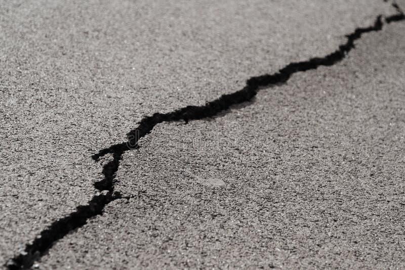 Grieta en el asfalt imagenes de archivo
