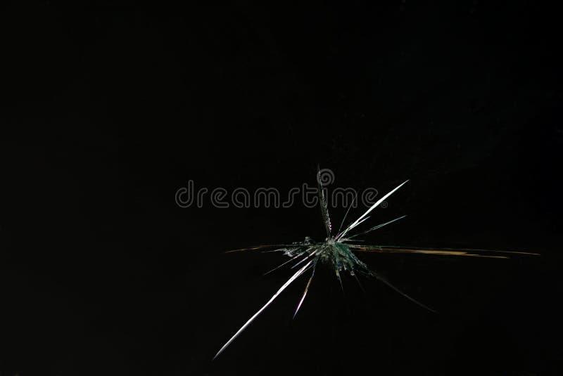 Grieta en el espejo y el vidrio quebrado en fondo negro imagen de archivo