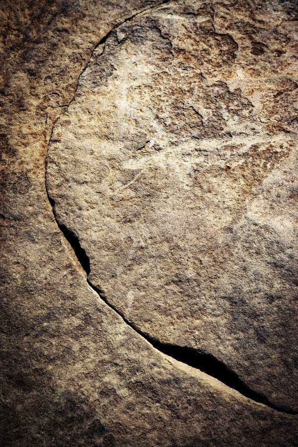 Grieta en piedra oscura fotografía de archivo