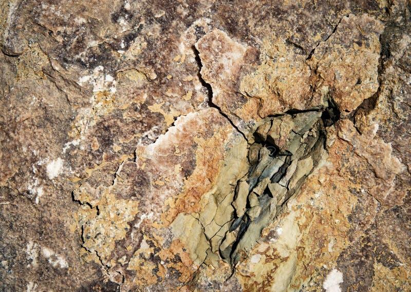 Grieta en roca colorida imagenes de archivo