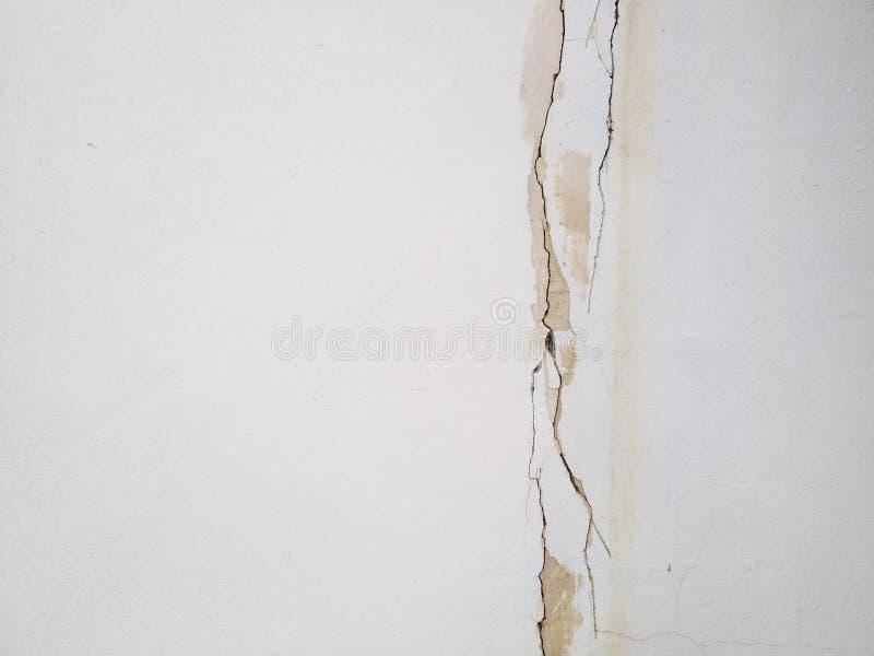 Grieta en una textura blanca del papel de empapelar de la pared imagenes de archivo