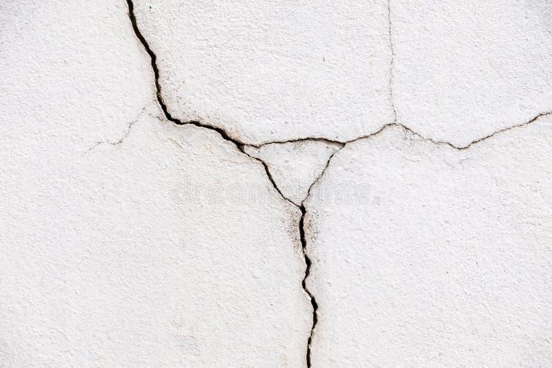 Grieta larga en el muro de cemento blanco fotografía de archivo