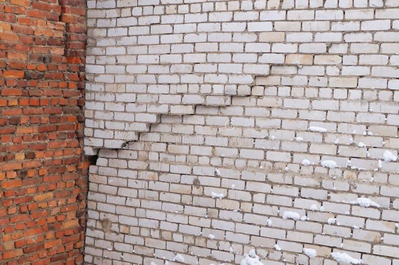 Grieta vertical en la pared del edificio de ladrillo blanco imagen de archivo libre de regalías