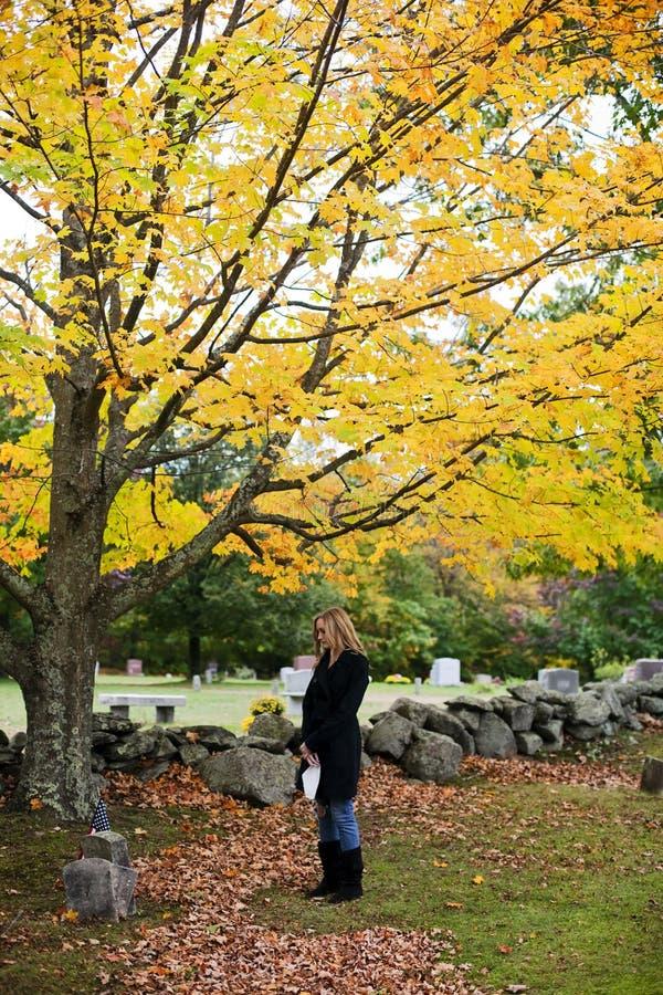 grieving kvinna för kyrkogård fotografering för bildbyråer