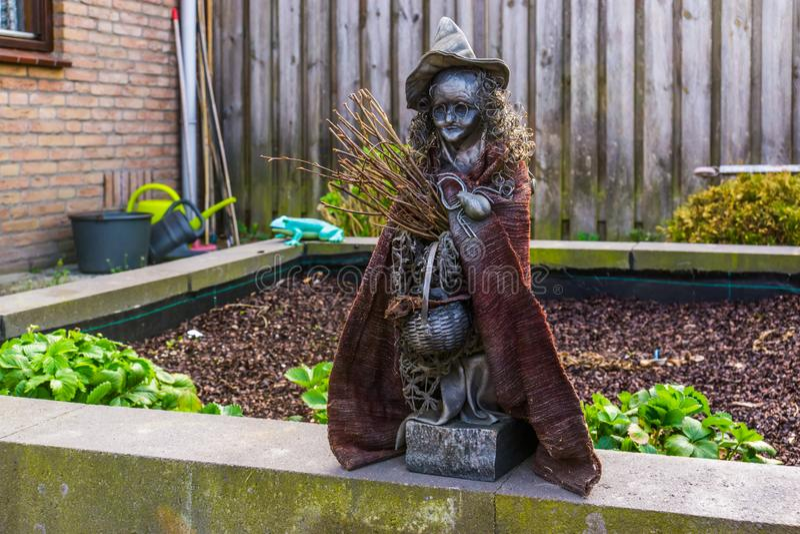 Griezelig heksenbeeldje in een tuin, openluchthalloween-decoratie, sprookjekarakters royalty-vrije stock foto's