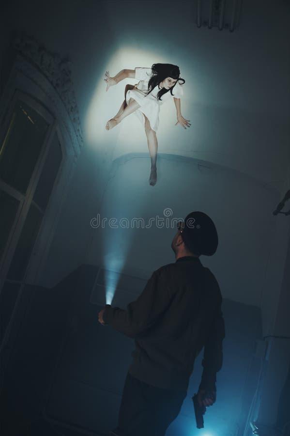 Griezelig monster op het plafond die neer de veiligheidsagent bekijken royalty-vrije stock foto's