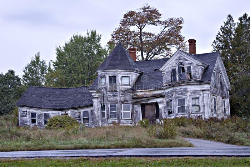 Griezelig oud huis stock foto's