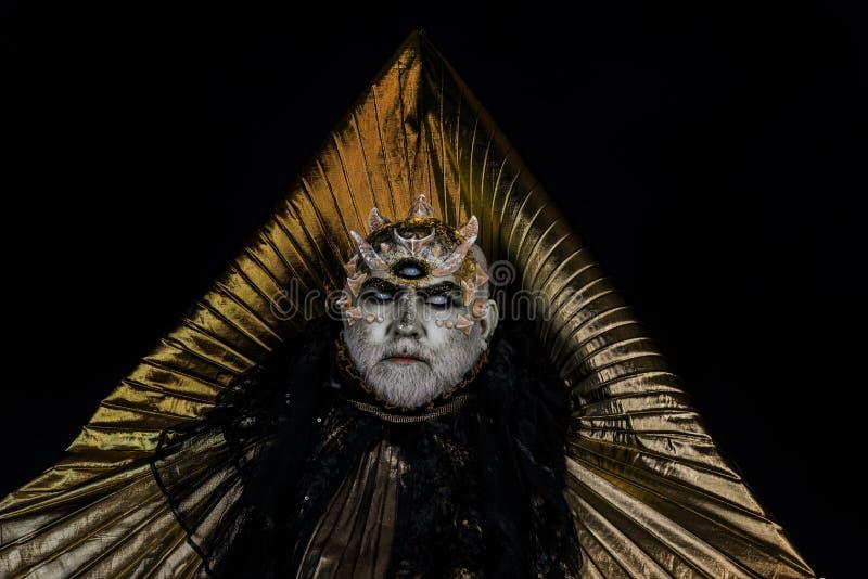 Griezelig overzees monster met doornen, draakhuid die in zijn koninkrijk, almachtige deity rusten Gebaarde mens met vreemd of rep royalty-vrije stock foto