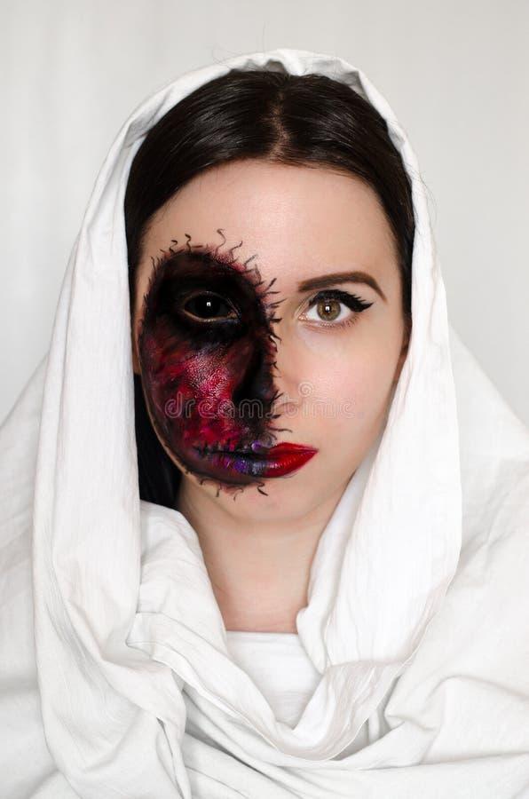 Griezelig portret van een vrouw met een vervloekt teken op haar gezicht op witte achtergrond royalty-vrije stock afbeelding