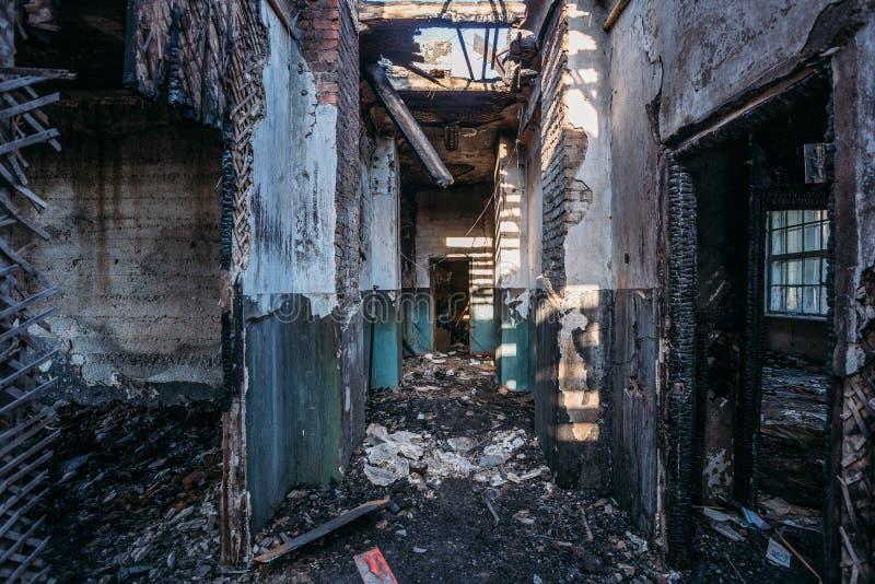 Griezelige gang van de gebrande verlaten bouw Geruïneerd plafond en dak royalty-vrije stock afbeelding