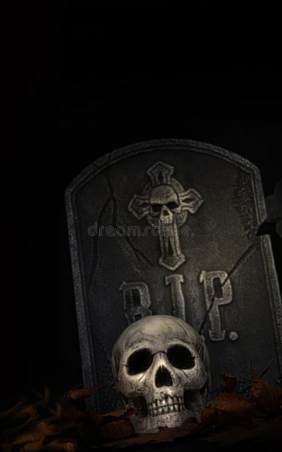 Griezelige grafsteen met schedel op zwarte royalty-vrije stock afbeelding