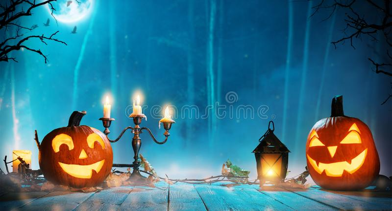 Griezelige Halloween-pompoenen in bos stock foto's