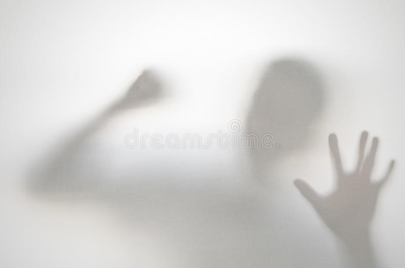 Griezelige mens achter gordijn stock afbeelding