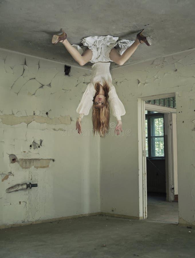 Griezelige scène van de vrouw in het achtervolgde ziekenhuis royalty-vrije stock fotografie