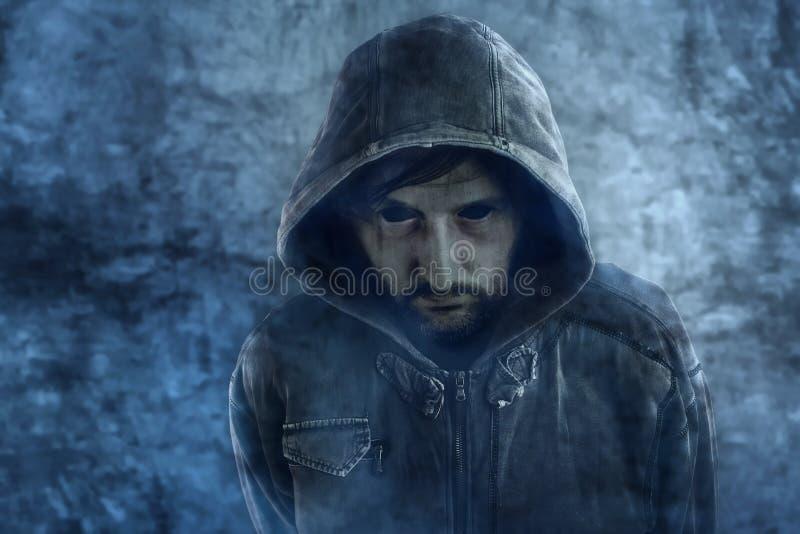 Griezelige spookverschijning van dode mannelijke persoon met zwarte ogen stock fotografie