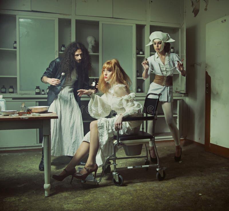 Griezelige verrichting in het oude achtervolgde ziekenhuis royalty-vrije stock foto's