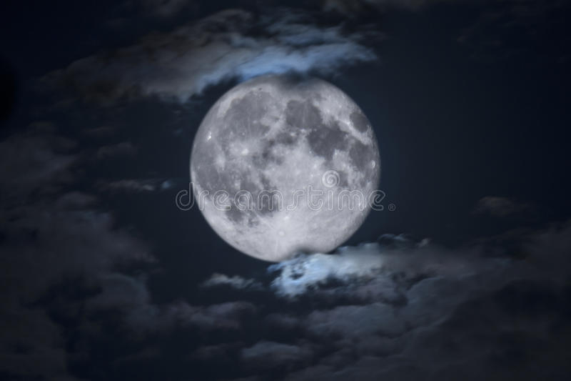 Griezelige Volledige die Halloween-Maan door Wolken wordt ontworpen stock afbeelding