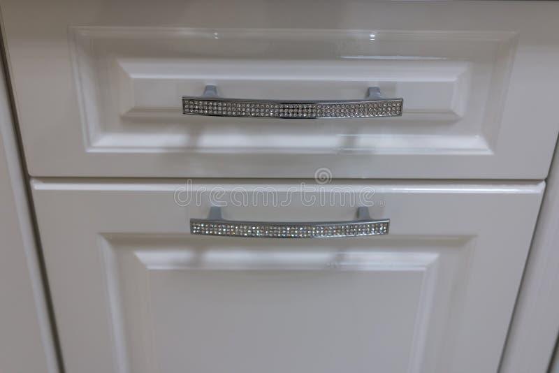 Griff des Küchenschranks verziert mit Bergkristallen stockfotografie